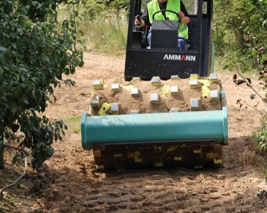 Hutnění cest v ovocnářském sadu válcem ASC 50