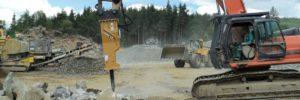 Rozbíjení skály hydraulickým kladivem